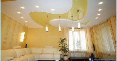 Installation d'un plafond tendu avec ses mains