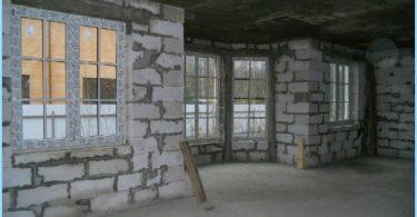 Nous construisons une maison en blocs de mousse avec leurs mains