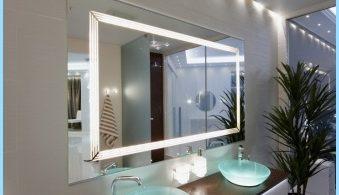 Miroir lumineux à l'intérieur d'une salle de bains