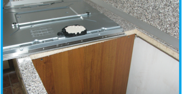 Comment faire pour installer la table de cuisson dans le plan de travail