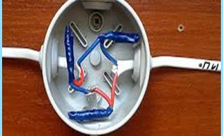rasklyucheniya conduite ou d'une connexion de câbles électriques dans la boîte de jonction